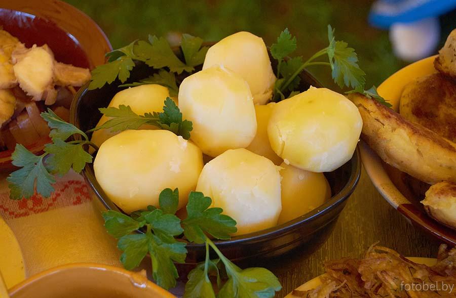 Белорусская национальная кухня славится богатейшим меню, в котором присутствуют сытные и довольно простые блюда.