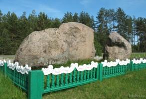 Камень в деревне Городок